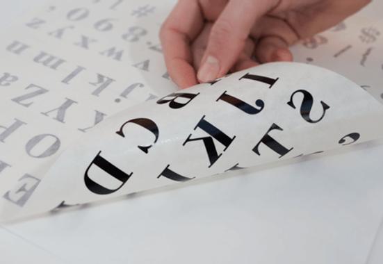Clickprinting. Comprar vinilos adhesivos de corte en colores, troquelado completo más transportador. Rotular a precios baratos online