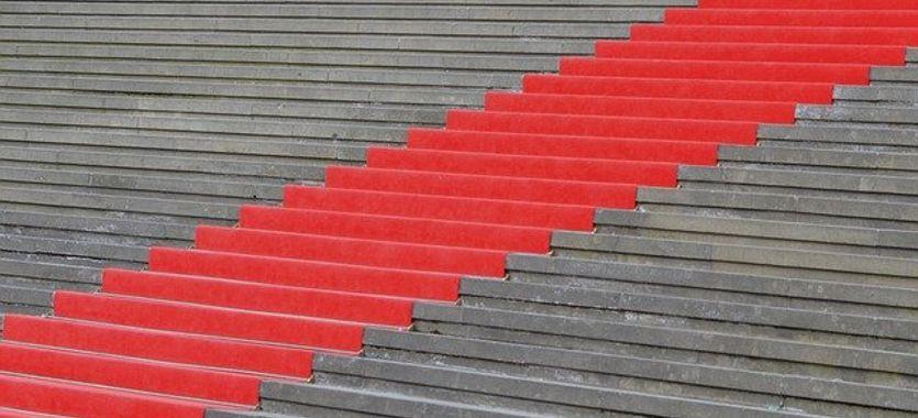 El uso de la moqueta ferial roja para eventos de empresa